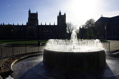 Silhouette of Bristol Cathedral with Water Fountain in Foreground 版權商用圖片