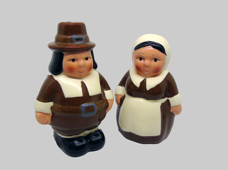Couple of American Thanksgiving Pilgrims Isolated on Grey Background Imagens