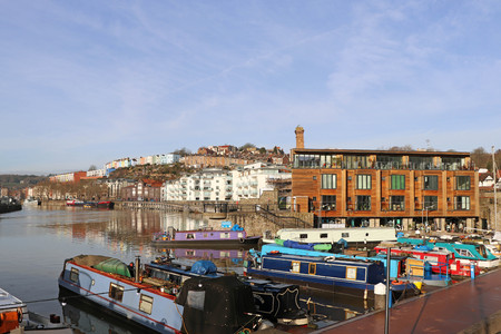 Harbourside scene featuring canal boats and modern apartments, Bristol, UK 新聞圖片