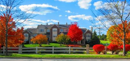 Uitzicht op woonwijk op een zonnige dag in de herfst