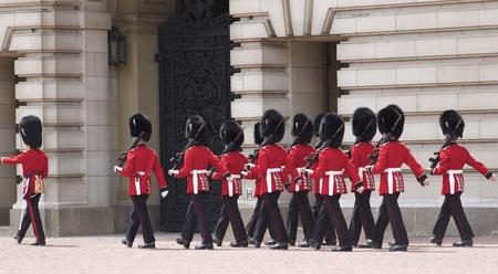 Londen - 21 juni 2009: Wijzigen of the Grenadier Guards buiten van Buckingham Palace op 21 juni 2009 in Londen, Verenigd Koninkrijk. De Grenadier Guards sporen zijn afstamming terug naar het jaar 1656.