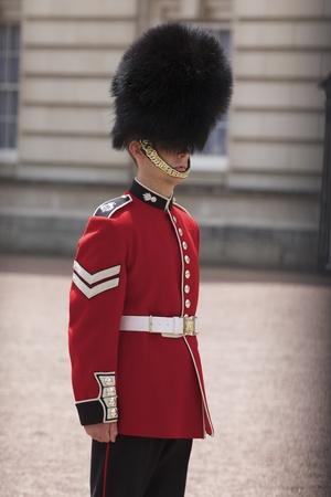 LONDEN, ENGELAND-21 juni: Sentry van de Grenadier Guards geplaatst buitenkant van Buckingham Palace op 21 juni 2009 in Londen, Verenigd Koninkrijk. De Grenadier Guards sporen zijn afstamming terug tot het jaar 1656. Redactioneel
