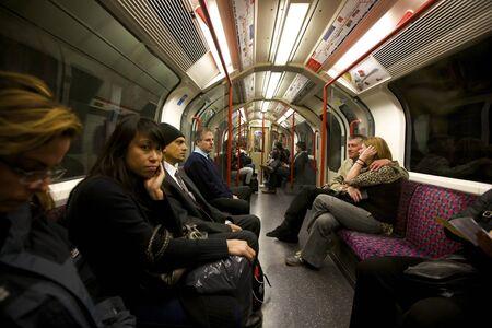 지하에: 런던 10 월 25 일 :. 2009 년 10 월 25 일에 런던, 영국에서 러시아워에 지하철 차량의 인테리어보기 런던