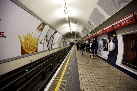 지하에: . 런던 - 2011 년 10 월 25, 2009 : 2009 년 10 월 25 일에 런던, 영국에서 지 하 튜브 시스템의 내부 모습은 런던의 시스템은 다시 1863까지 거슬러 올라가는 세계에서 가장 오래된 지하철입니다. 에디토리얼