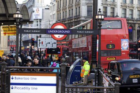 지하에: 런던 - 2009년 6월 28일 : 런던, 영국에서 2009 년 6 월 28 일에 런던 지하철 튜브 역. 런던의 지하철은 다시 1863 거슬러 올라가는 세계에서 가장 오래된 것입니다.