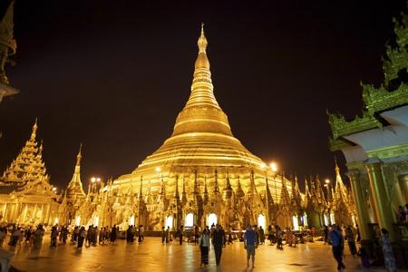 Yangon, Myanmar - OCT 13: Shwedagon tempel Pagaoda in Yangon, Myanmar op 13 oktober 2011. Shwedagon Pagoda, ook bekend als Grote Dagon Pagode, dateert van 2500 jaar en is 99 meter hoog in de hoogte.