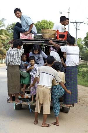 Bagan, Myanmar - Oct 14: Een vrachtwagen vol met passagiers laadt op weg in Bagan, Myanmar op 14 Oktober, 2011.
