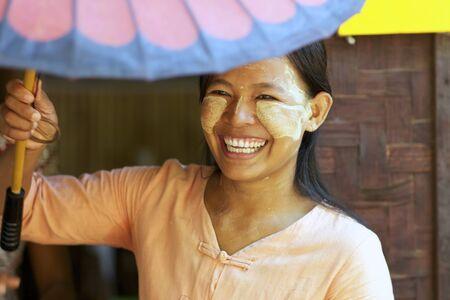 Bagan, Myanmar - Oct 15: Unidentified vrouw dragen van traditionele thanaka crème in Bagan, Myanmar op 15 oktober 2011. Redactioneel