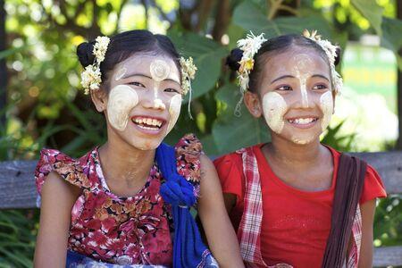 unidentified: Bagan, Myanmar - 15 de octubre de 2011: los ni�os no identificados vestidos tradicionales de crema thanaka en Bagan, Myanmar el 15 de octubre de 2011. Editorial