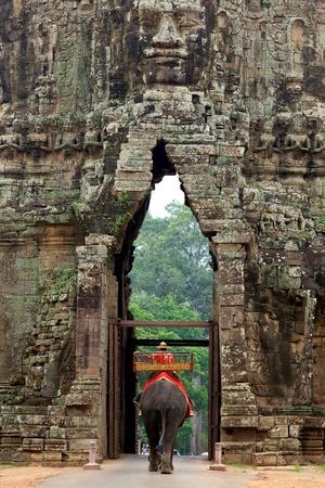 Olifant op Poort van Angkor Thom in Cambodja Redactioneel