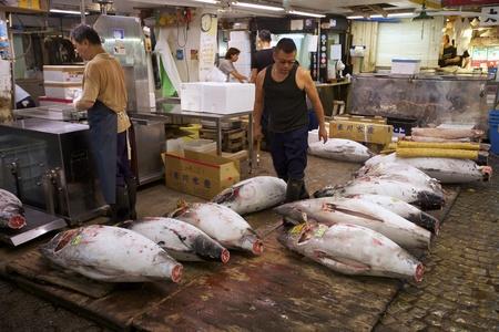 TOKYO-JULI 4: Verse Tonijn van veiling op de Tsukiji Wholesale Seafood en vismarkt in Tokyo Japan op 4 juli 2011. Tsukiji Market is de grootste groothandel vis en zeevruchten markt in de wereld. Redactioneel