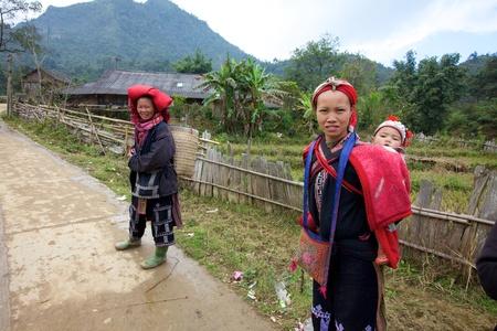 Sapa, Vietnam - NOV 22: Unidentified jong meisje uit de Rode Dao etnische minderheden Mensen die kind op 22 november 2010 in Sapa, Vietnam. Rode Dao zijn de 9de grootste etnische groep in Vietnam