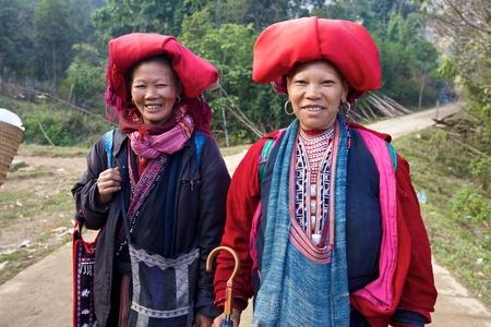 Sapa, Vietnam-NOV 22: Onbekende vrouwen uit de Rode Dao etnische minderheden op 22 november 2010 in Sapa, Vietnam. Rode Dao minderheid de 9de grootste etnische groep in Vietnam