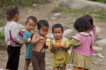 Sapa, Vietnam - 21 november: Zes onbekende Vietnamese kinderen spelen en eten in Sapa, Vietnam op 21 november 2010. Vietnam