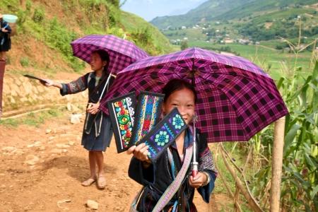 Sapa, Vietnam - CIRCA JULI 2007: niet geïdentificeerde Hmong meisje in Sapa, Vietnam de verkoop van haar kleurrijke handwerk op pad boven de stad (Sapa Vietnam-CIRCA juli 2007)