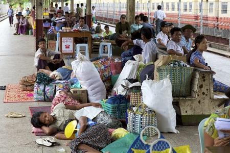Yangon, Myanmar - 16 oktober: Passagiers aan boord van een trein in Yangon, Myanmar op 16 oktober 2011.