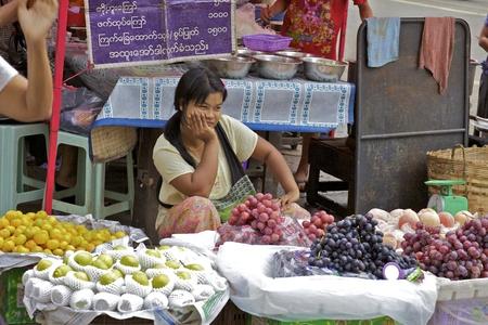 Yangon, Myanmar - Oct 16: Een onbekend Street vendor in de straten van Yangon, Myanmar op 16 oktober, 2011. Redactioneel