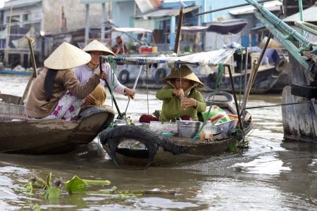 Can Tho, Vietnam - Jan 7: Unidentified Vietnamese vrouw verkoop van verse bereide gerechten van de boot op de beroemde Can Tho Floating Market in Can Tho, Vietnam op 07 januari 2012