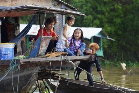 Siem Reap, Cambodja - Jan 23, 2012: Unidentified kinderen spelen op hun huis boot op Tonle Sap meer in Siem Reap, Cambodja op 23 januari 2012. Redactioneel