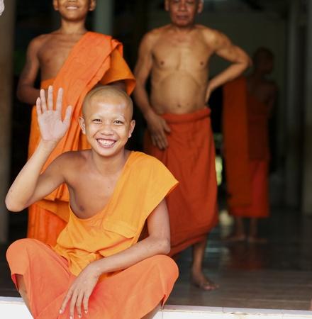 Siem Reap, Cambodja - 25 januari: Unidentified Boeddhistische monnik golven en glimlacht in Wat Chowk in Siem Reap op 25 januari 2012.