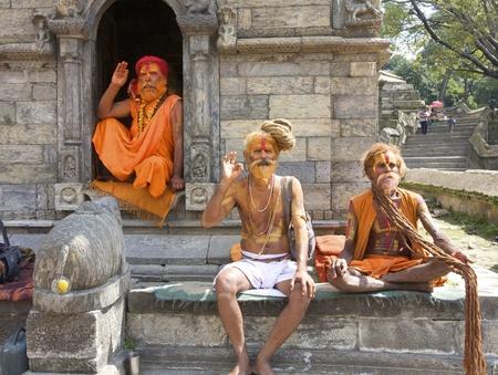 KATHMANDU, NEPAL - CIRCA 2008: Sadhu Heilige mannen ontspannen in Pashupatinath Tempel circa 2008 in Kathmandu, Nepal.
