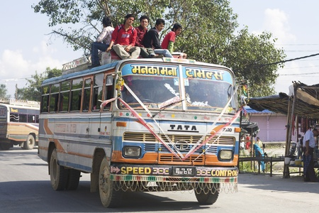 Kathmandu, Nepal - Circa 2008: Overvolle bus met passagiers rijden op het dak in Kathmandu, Nepal (Circa 2008)