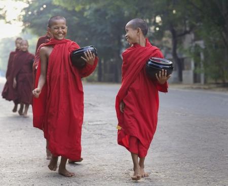 OUDE Bagan, Birma-OCT 15: Twee onbekende jonge novice monniken lopen ochtend aalmoezen in het oude Bagan, Myanmar op 15 oktober 2011.