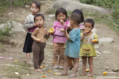 Sapa, Vietnam-21 november: Zes onbekende Vietnamese kinderen spelen en eten in Sapa, Vietnam op 21 november 2010 Redactioneel