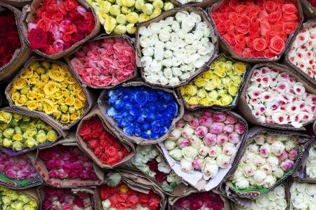 Kleurrijke rozen gebundeld te koop Stockfoto