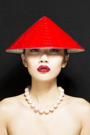Mooie Aziatische Girt in rode kegelhoed