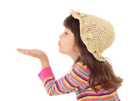 Meisje blaast met een lege hand, geïsoleerd op wit