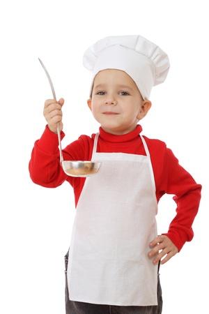 Peu souriant chef-cuisinière avec louche, isolé sur fond blanc Banque d'images