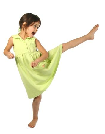 petite fille avec robe: Crier petite fille coup à pied