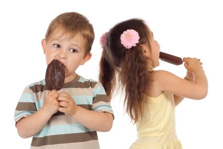 licking in isolated: Due piccoli bambini a mangiare il gelato al cioccolato