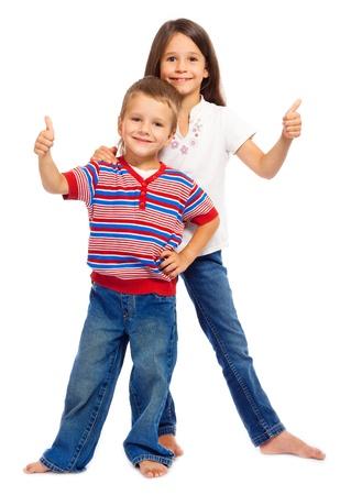 ni�os contentos: Dos sonrientes de los ni�os peque�os con pulgares arriba signo, aislado en blanco Foto de archivo