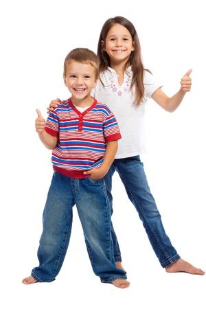 niÑos contentos: Dos niños pequeños sonriendo con los pulgares arriba signo aislado en blanco