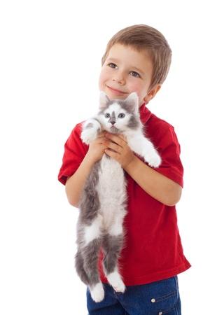 Niño con el gatito en las manos, aislado en blanco