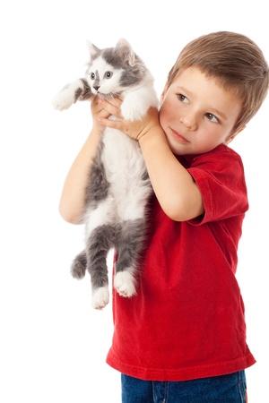 Niño con gatito en las manos, aislado en blanco Foto de archivo