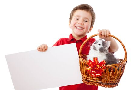 Niño con bandera de vacío y el gatito en mimbre, aislado en blanco Foto de archivo