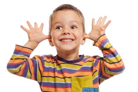 tonto: Divertido sonriendo niños pequeños, mostrando los dientes y las manos, aislado en blanco