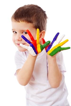 manos sucias: Niño pequeño con las manos pintadas, aislado en blanco Foto de archivo