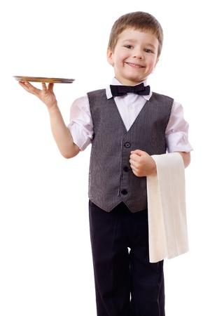 camarero: Poco camarero con la bandeja de pie y una toalla, aislado en blanco