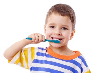 Schattige kleine jongen tanden poetsen, geïsoleerd op wit Stockfoto