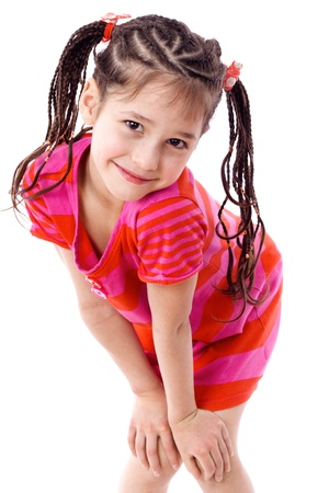 little models: Chica linda en ropa de colores vivos en pie con las manos sobre las rodillas, aislado en blanco