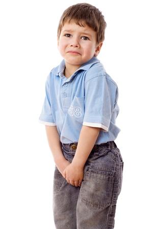 Niño necesita un pis, aislado en blanco