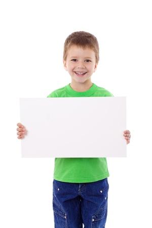 niños sosteniendo un cartel: Muchacho sonriente en blanco de pie con las manos vacías en horizontal, aislado en blanco