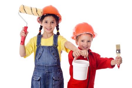 Kleine bouwers - kids in overall en helm met verfroller, penseel en blik verf, geïsoleerd op wit