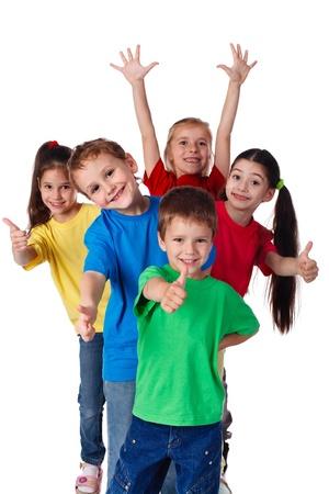 niños felices: Grupo de niños felices con las manos arriba y los pulgares para arriba signo, aislado en blanco