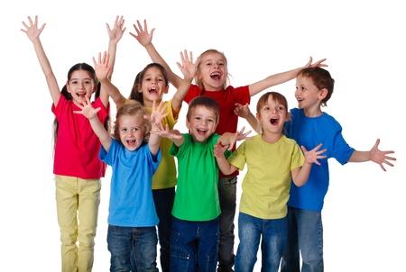 Groep van gelukkige kinderen met handen omhoog teken, geïsoleerd op wit