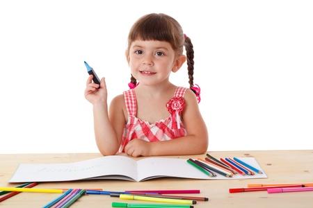 Inspired bambina al sorteggio tavolo con pastelli, isolato su bianco